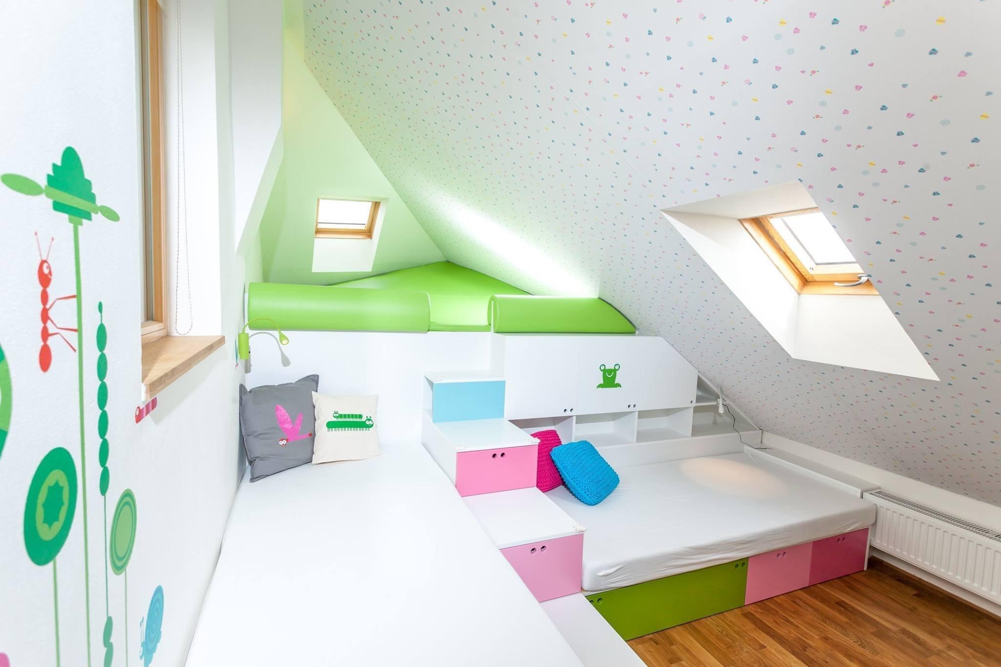 Dětský pokoj pro dvě malé děti vpodkroví pětipatrového domu vHolešovicích je řešen stejně jako celý byt vrůzných výškových úrovních. Hraní u…