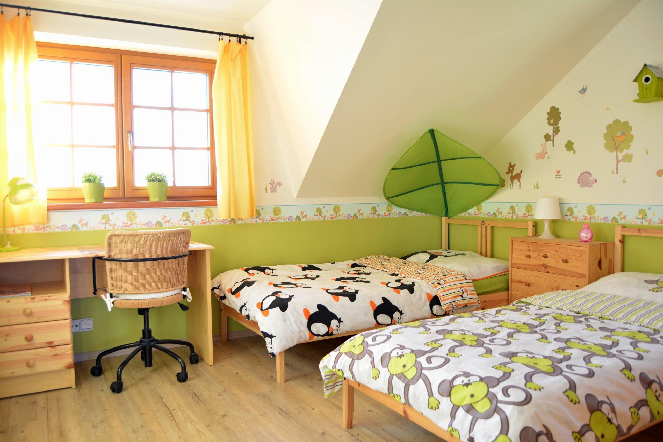 Menší dětský pokoj určený pouze pro spinkání a psaní domácích úkolů staršího sourozence. I přes stanovený nízký rozpočet na zařízení tohoto pokojíčku se…
