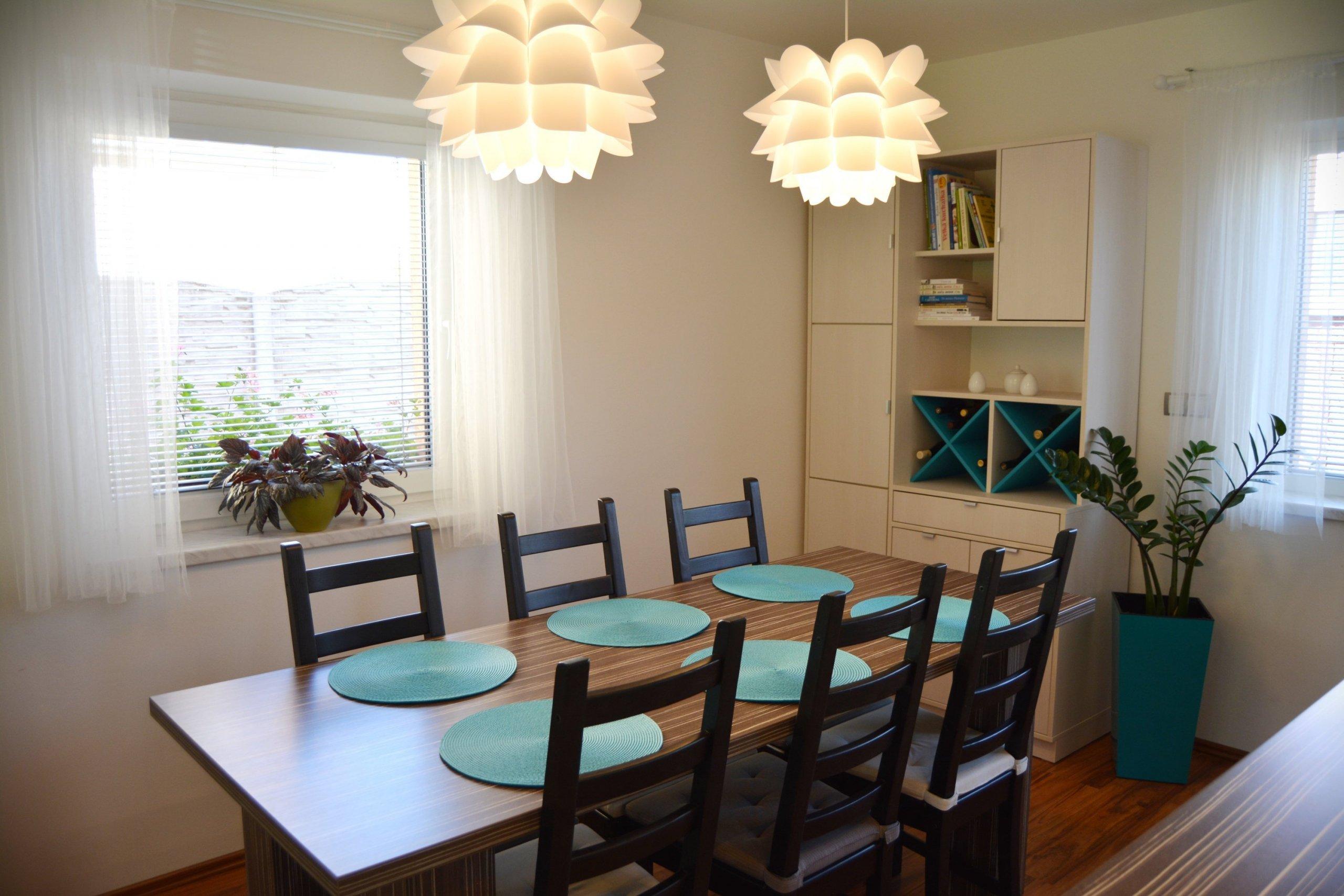 Majitelé měli v domě již zařízenou kuchyni s jídelním stolem a židlemi, chyběl však další úložný prostor. Potřeba bylo zařídit obývací část a místnost propojit…