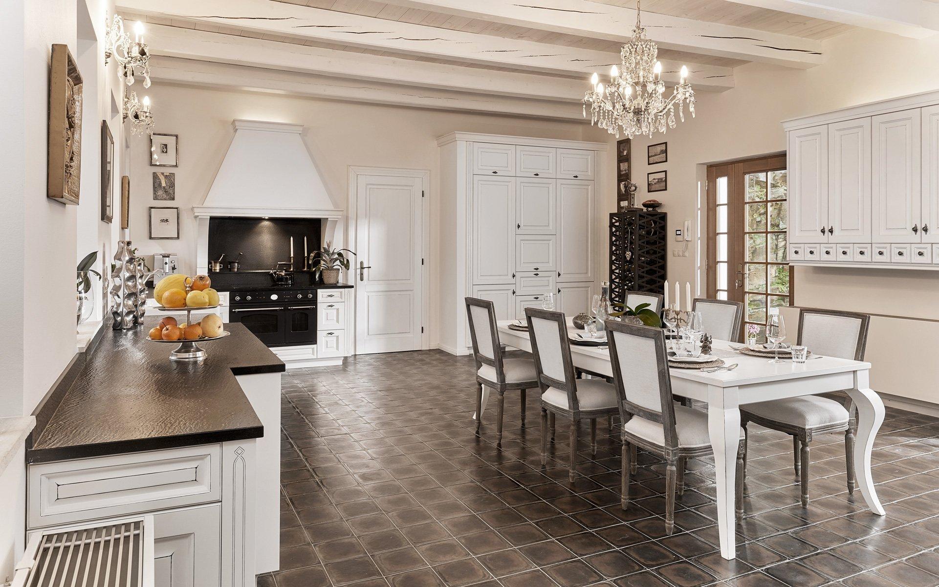 Rustikální a moderní kuchyně ve stylovém bydlení. Kuchyně MILANO a její typická profilovaná dvířka s ruční jemnou patinou a dalšími rustikálními prvky v…