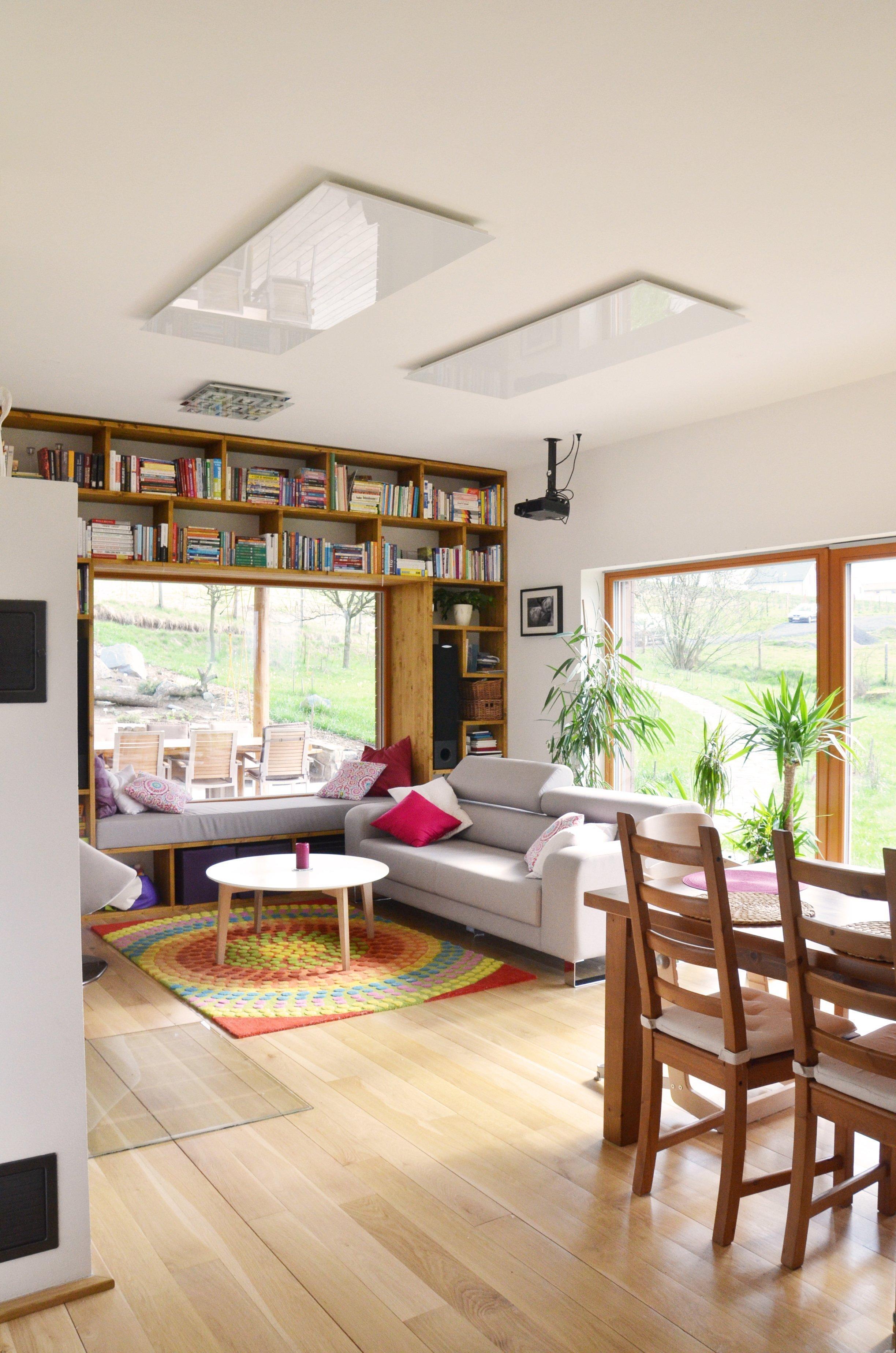 Obývací pokoj je moderní a dřevo je zde použito na nábytek