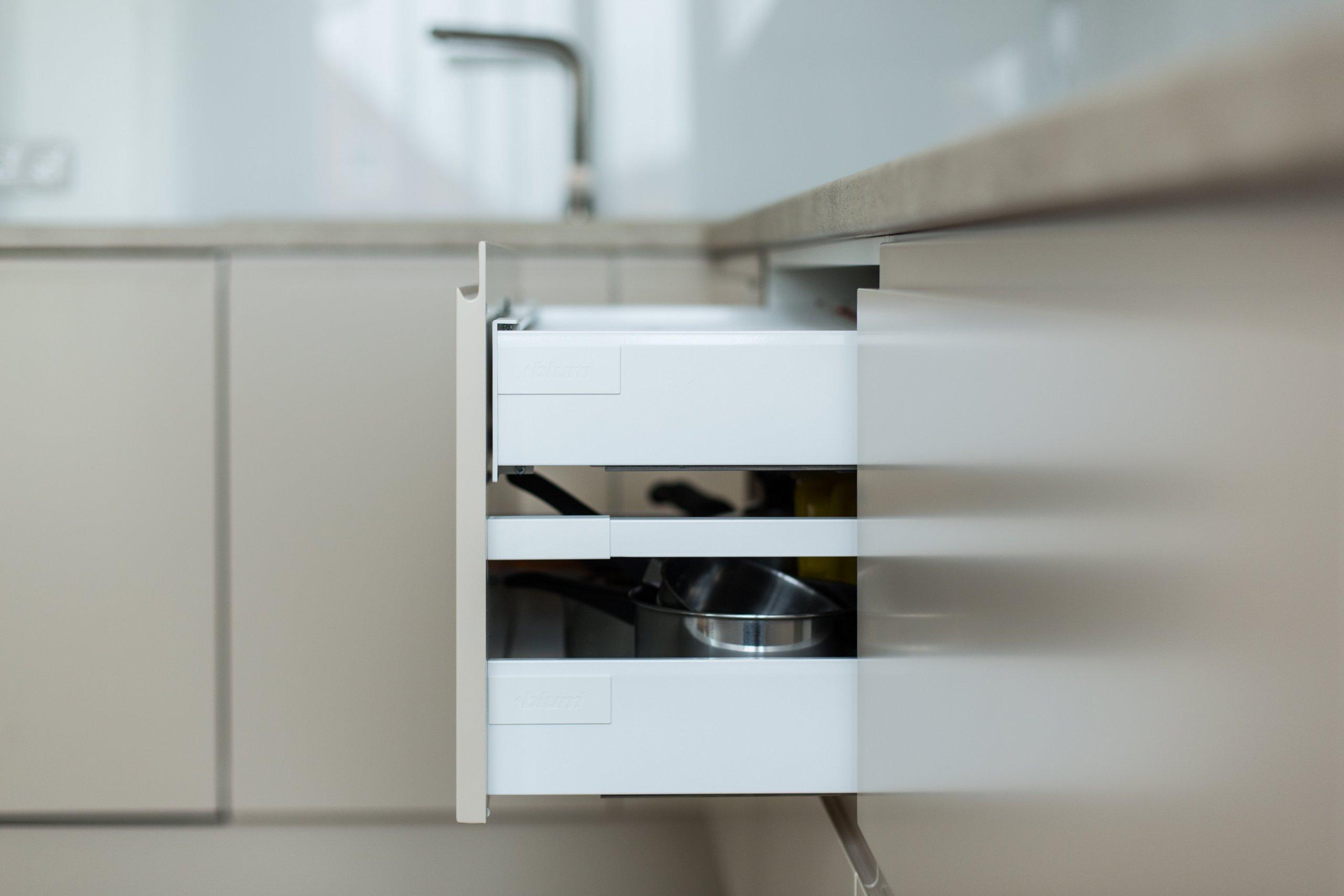 Praktická a nadčasová kuchyně do rodinného domu byla navržena tak, aby tvořila přirozenou součást prostoru. K tomu přispěl výběr barev, úchytky které jsou…