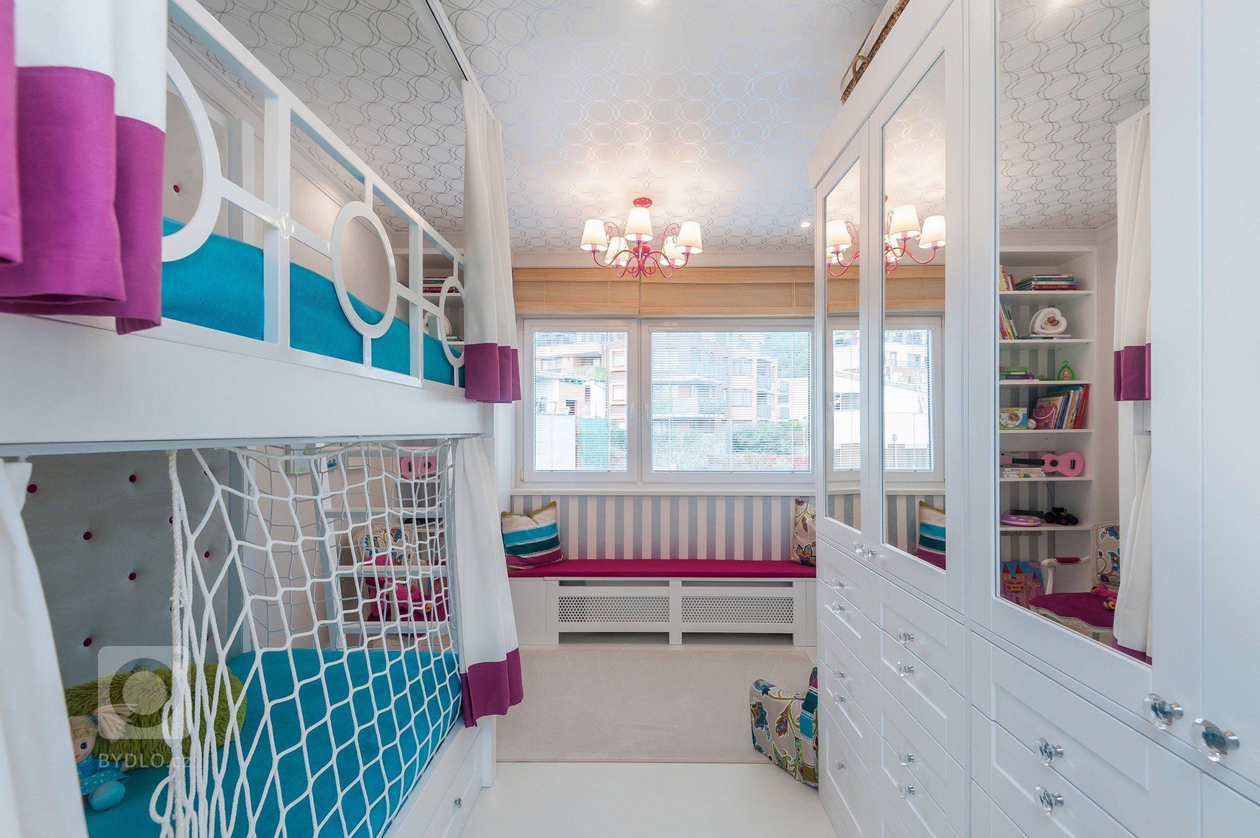 Pokoj pro dvě malé holčičky je navržen s ohledem na velikost pokoje a potřeby holčiček. Veškerý nábytek je zhotoven na míru z masivu (olše) stříkaného na bílo.…