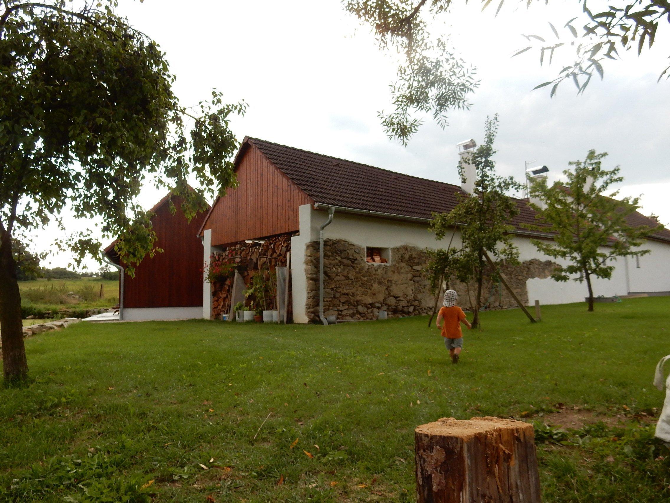 Stavební úpravy rodinného domu u Písku zahrnovaly v prvé řadě návrh v podobě architektonické studie, projektu, demoliční práce následované samotnou výstavbou.…