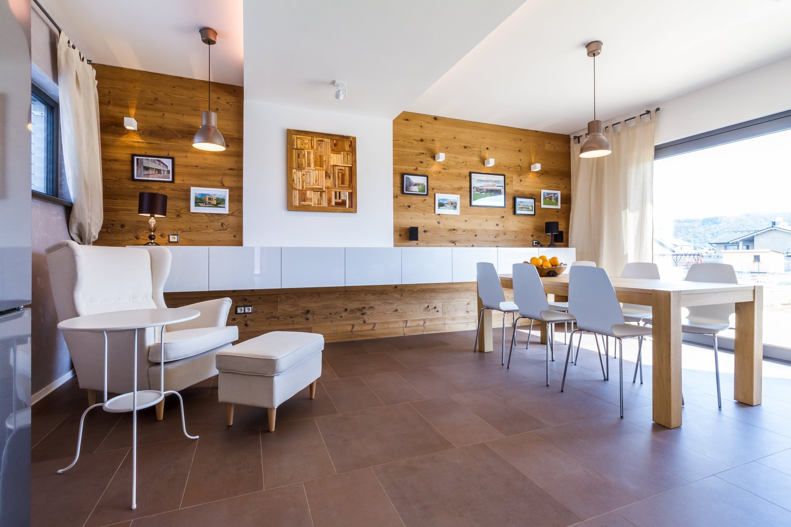 Rodinný dům v Levíně u Berouna je v současnosti jednou z nejmodernějších dřevostaveb v republice. Jeho čisté hmotové řešení definované dvěma kvádry asymetricky…