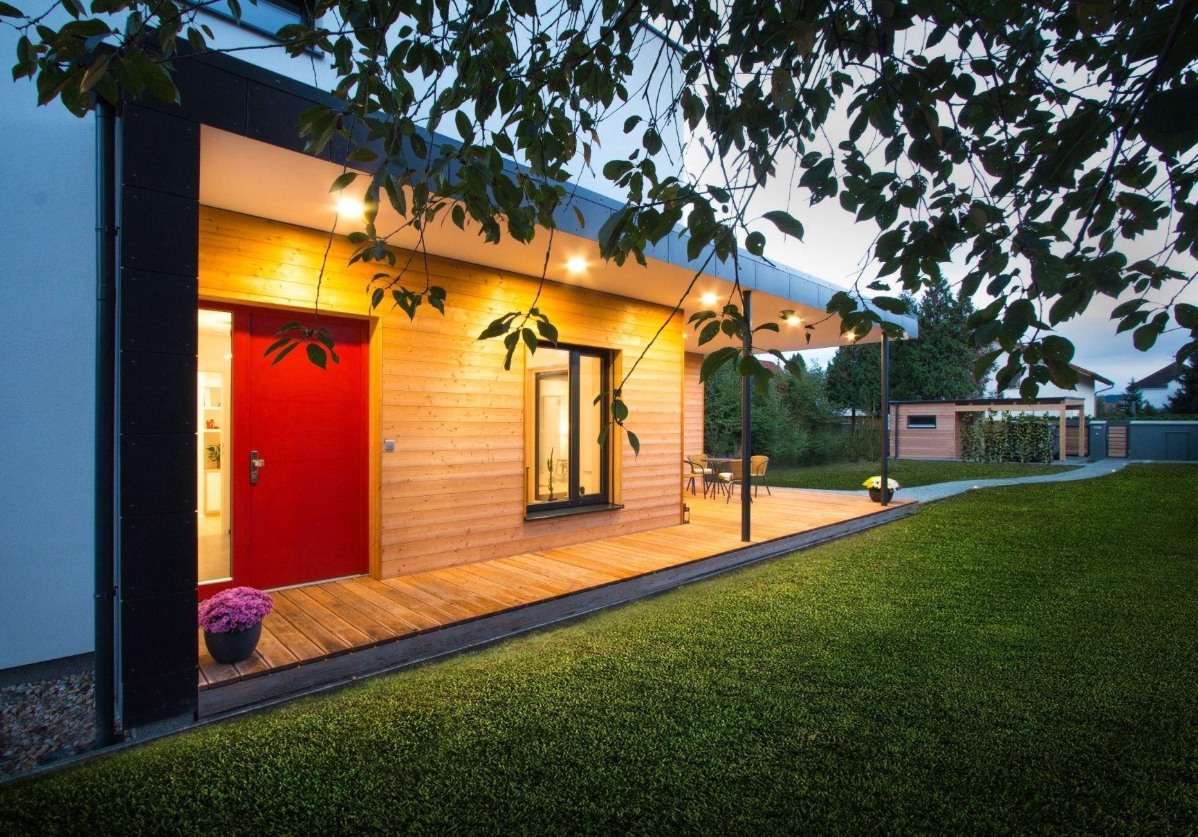 Na začátku stála výzva. Jak postavit pasivní dům na úzkém pozemku, který má přístup z jihu? Použili jsme myšlenku verandy a vytvořili krytý venkovní prostor,…