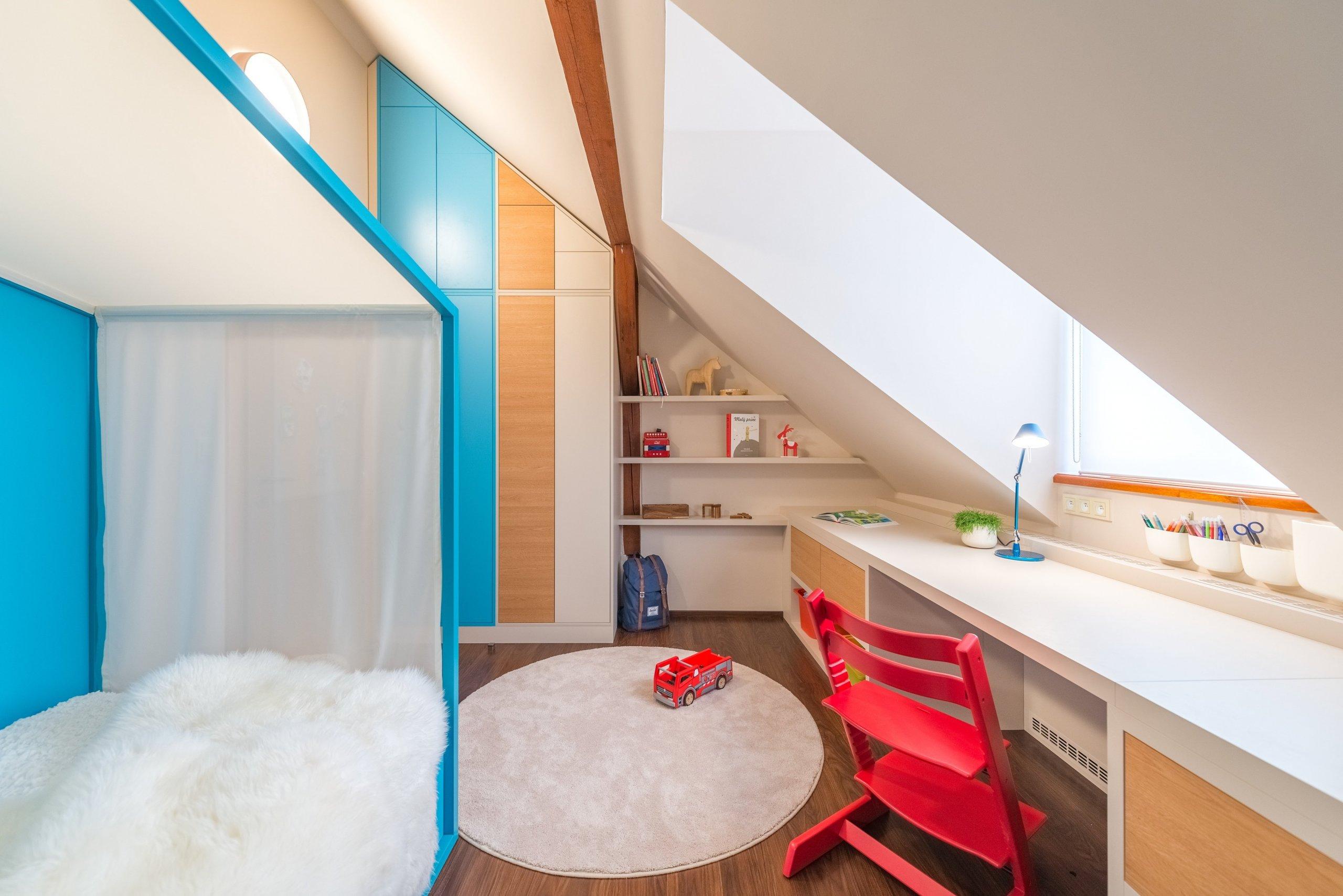 pokoj pro nejmladšího chlapečka - pohled na pracovní stůl s knihovnou a postelí