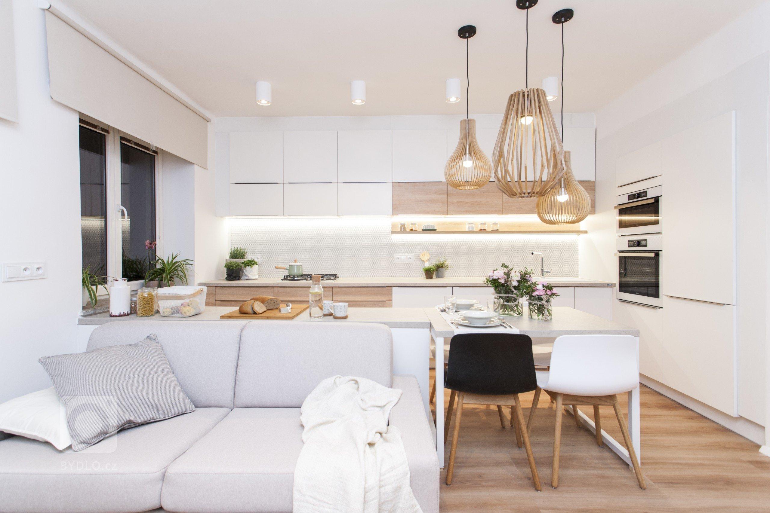 pohled na kuchyň z obývacího pokoje