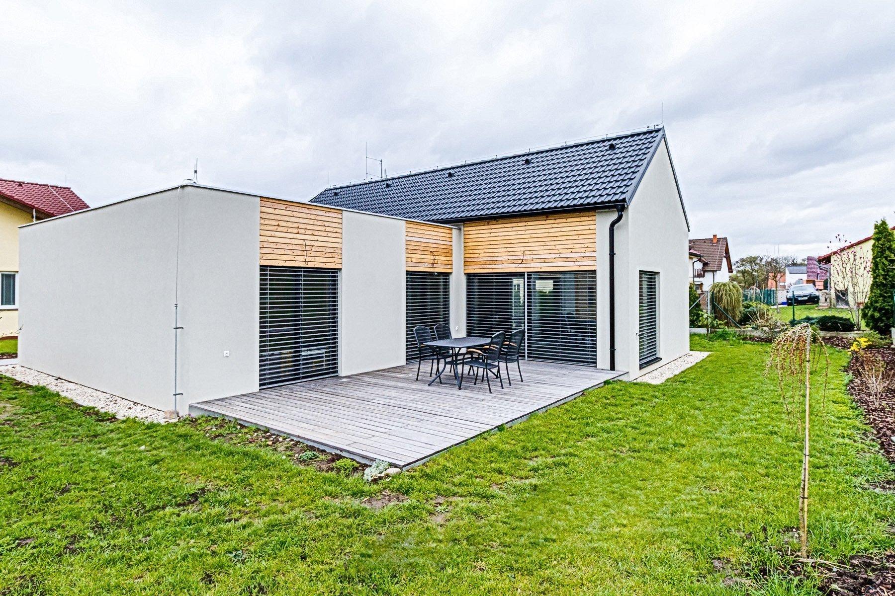 Rodinný dům v Květnici - individuální návrh a realizace. Dům byl koncipován pro čtyřčlennou rodinu s přáním využít prostoru pod sedlovou střechou (místní…