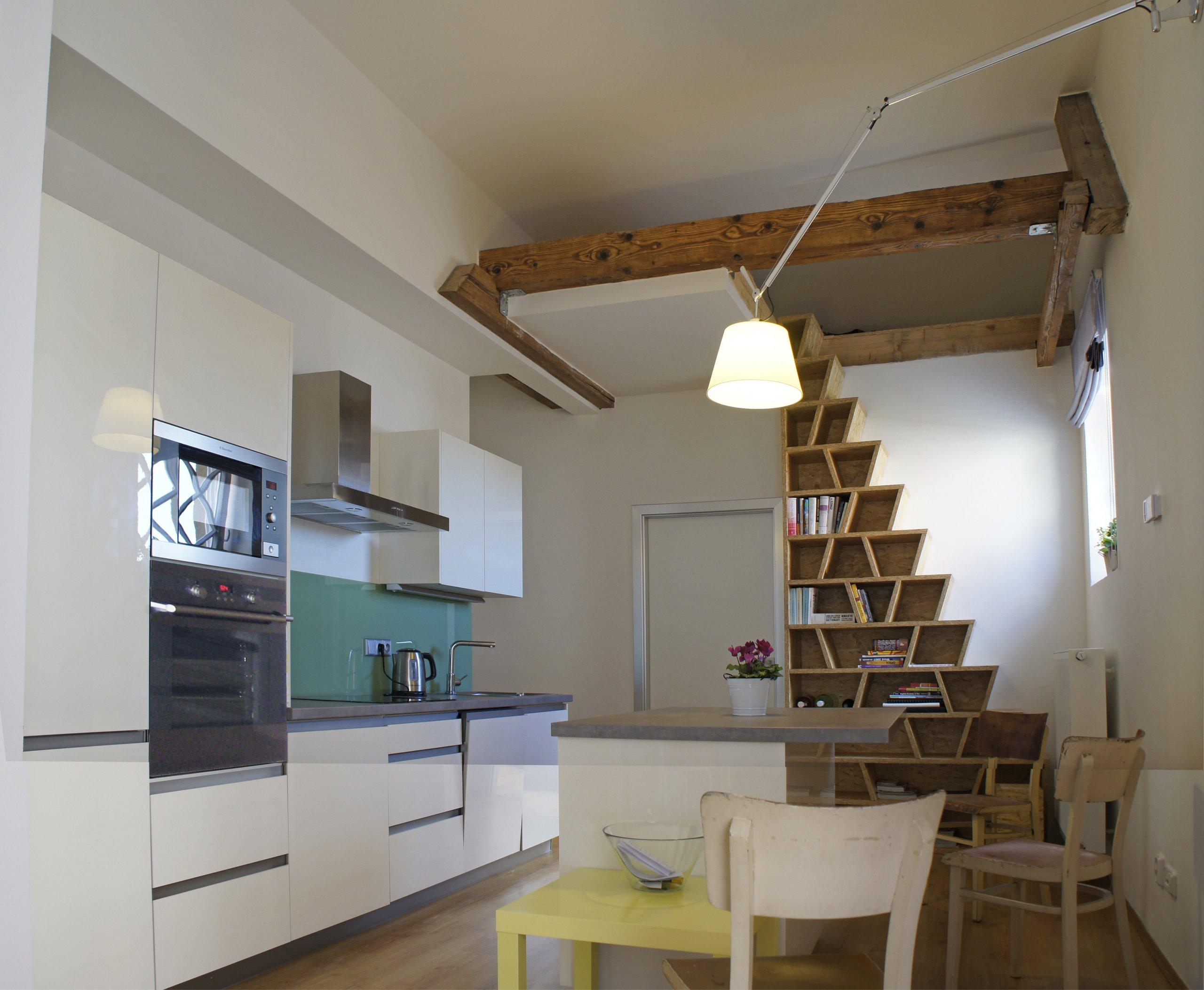 Úprava dispozice, nová ložnice a nad ní podkrovní prostor pro příležitostné přespání hostů. Výrazný design knihovny, sloužící také kvýstupu hostů do…