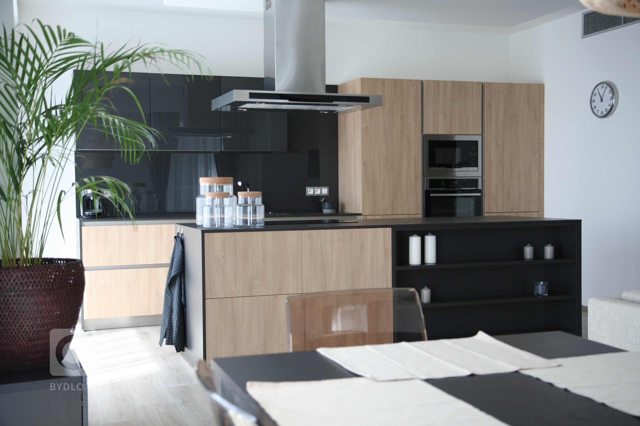 Další z našich realizací, tentokrát ve vzorovém bytě pražského developera. Imitace dubu v kombinaci s lakem Unigloss ve vysokém lesku. Kuchyň je vybavena…