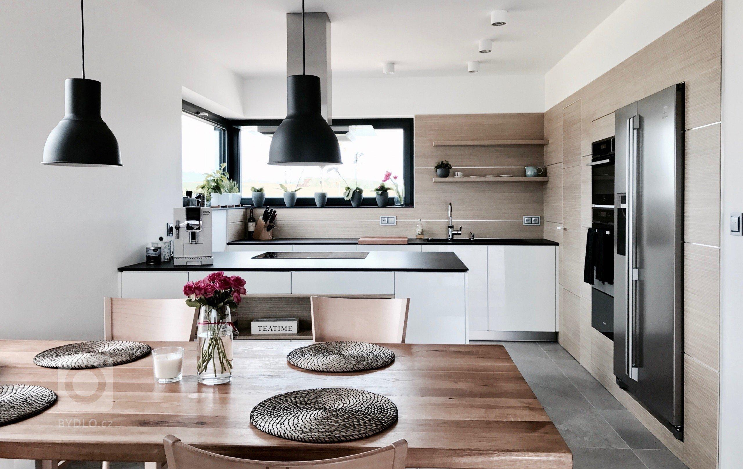 Moderní bezúchytková kuchyně (Lak vysoký lesk) s výsuvy TipOn Blumotion, s kompaktní pracovní deskou, rafinovaným obkladem a se zabudovanými bezfalcovými…