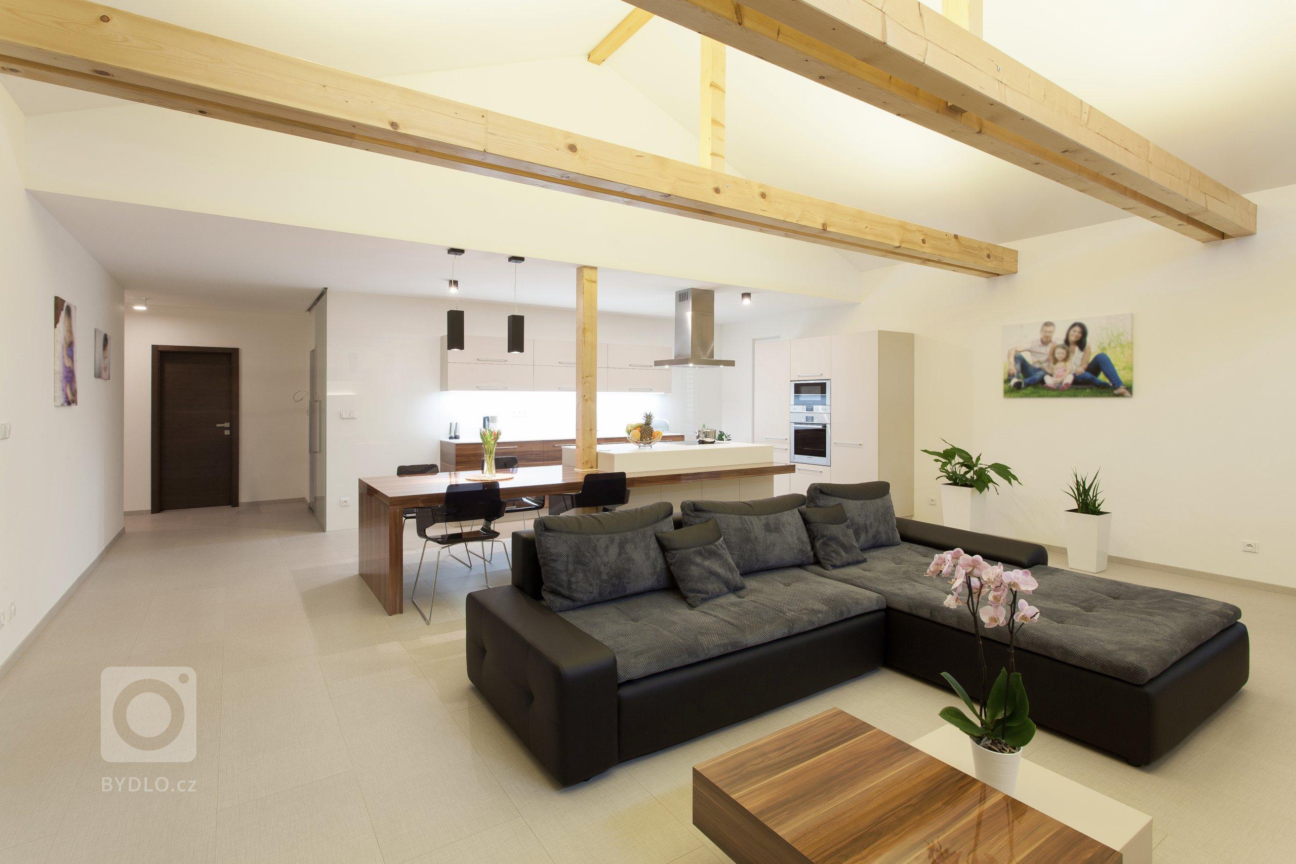 K navržení interiéru nové dřevostavby rodinného domu oslovila ateliér Ideacollective mladá rodina z Uherského Hradiště.  Hlavní část domu tvoří velkolepý…