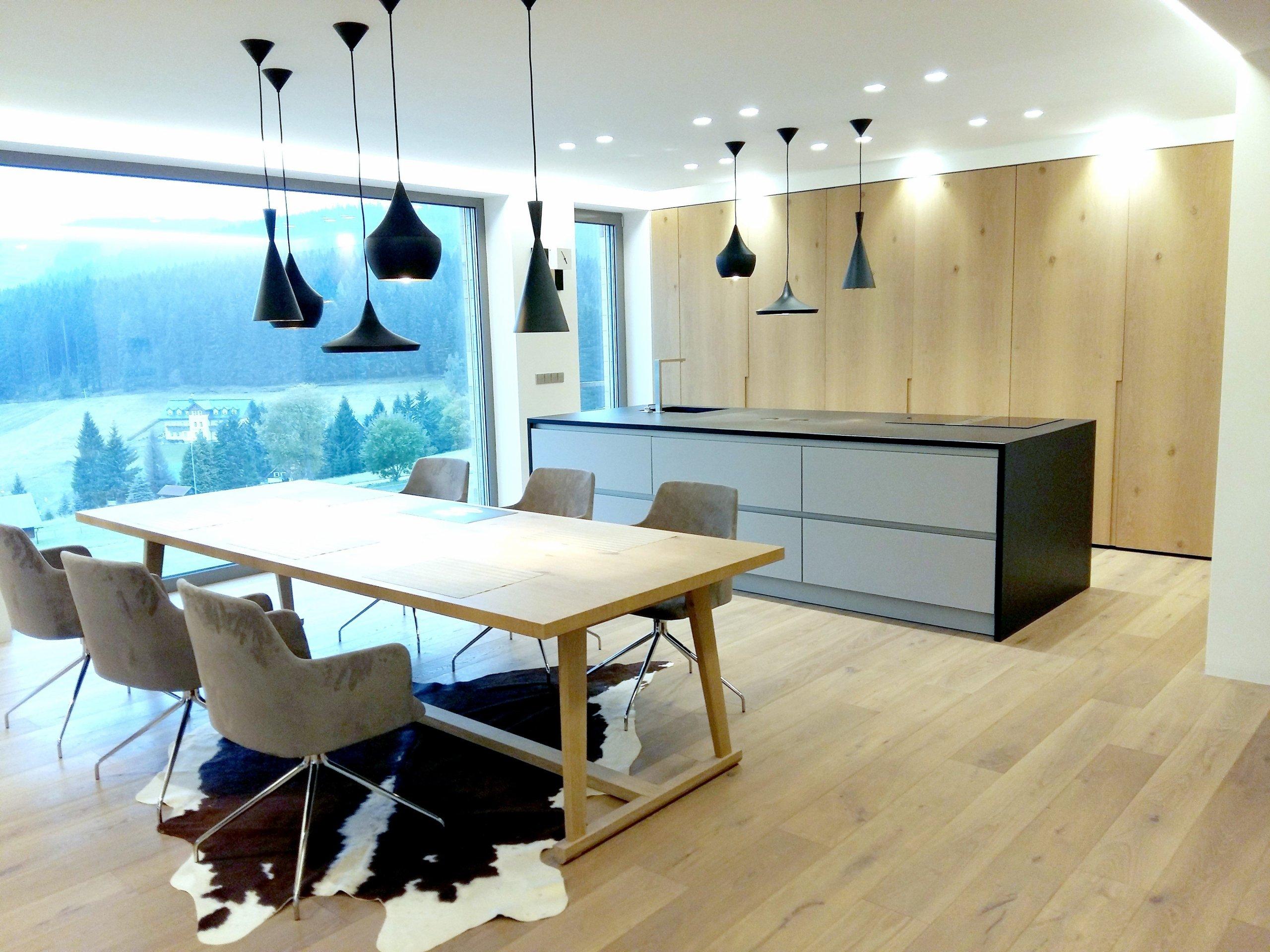 Byli jsme osloveni k návrhu a kompletní realizaci interiéru rodinného domu ve Špindlerově Mlýně. Přáním investora bylo vytvořit jednoduchý a otevřený prostor.…