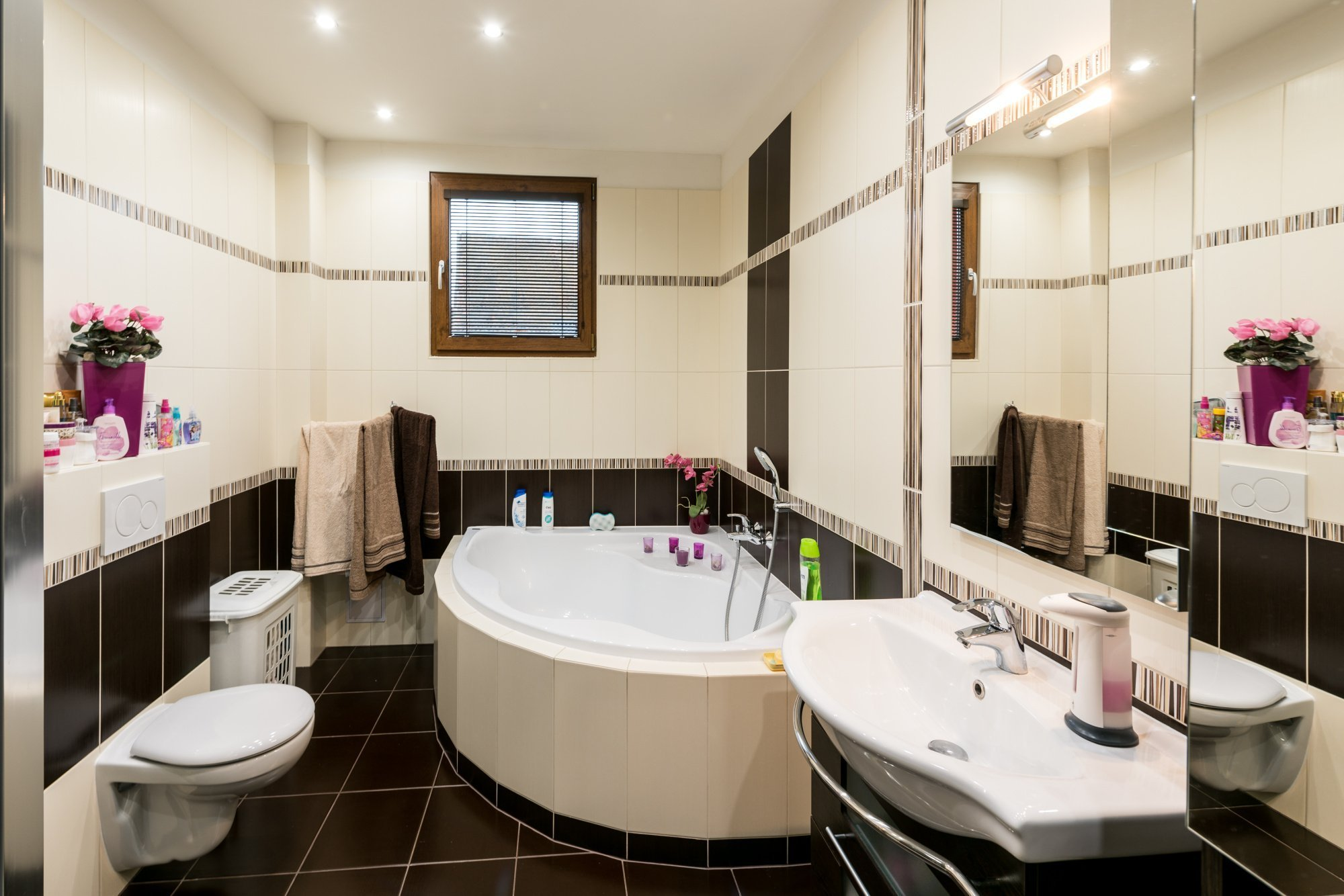 """Rodinný dům """"U Mošnů""""  dispozice: 3+kk Zastavěná plocha (m2): 80  bungalov: 1x koupelna 1x toaleta zastřešené stání pro auta"""