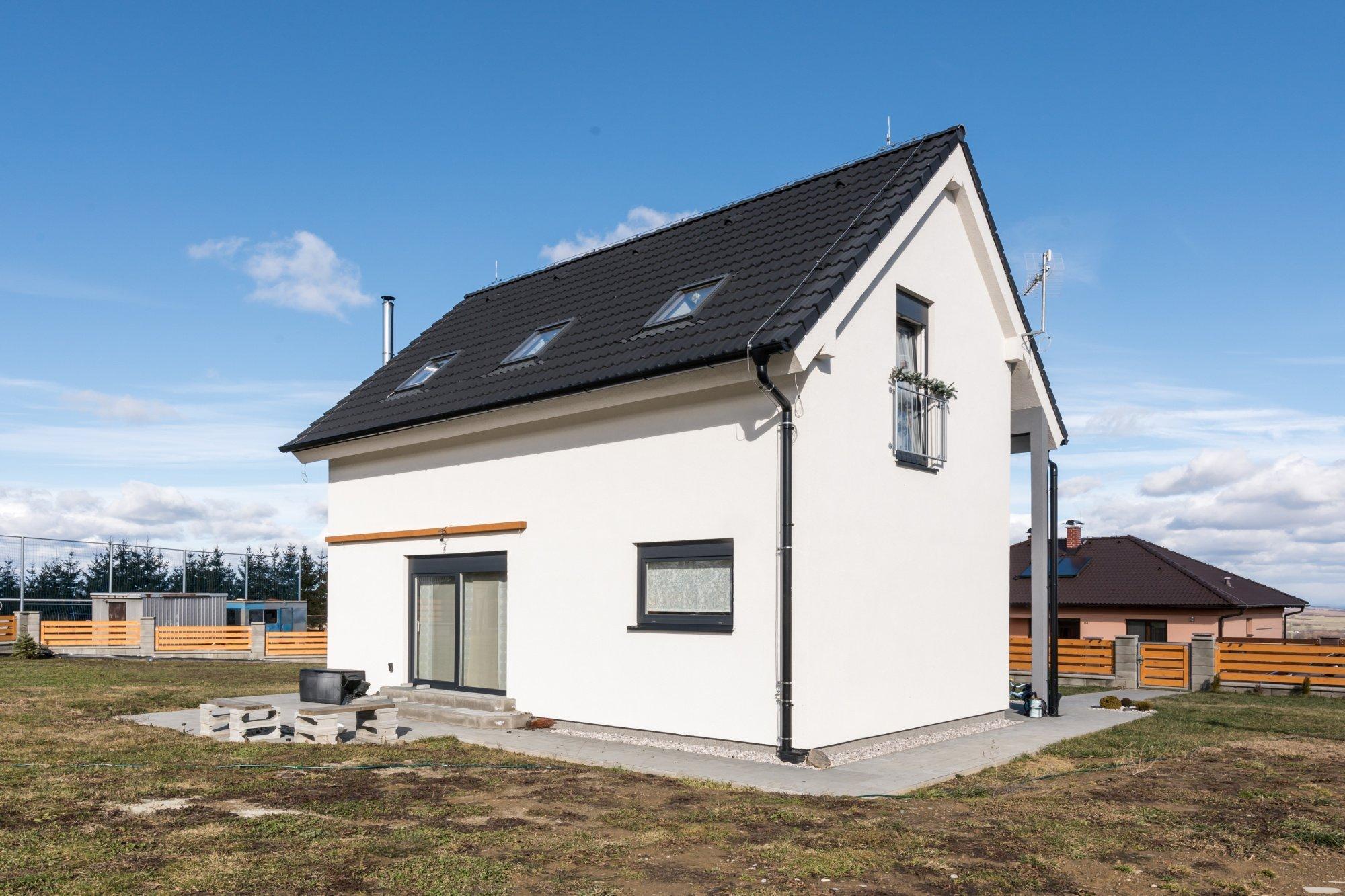 """Rodinný dům """"U Hrdličků""""   Dispozice: 3+kk Zastavěná plocha (m2): 57   domek s podkrovím možno upravit na 4+kk 1x koupelna 2x toaleta…"""