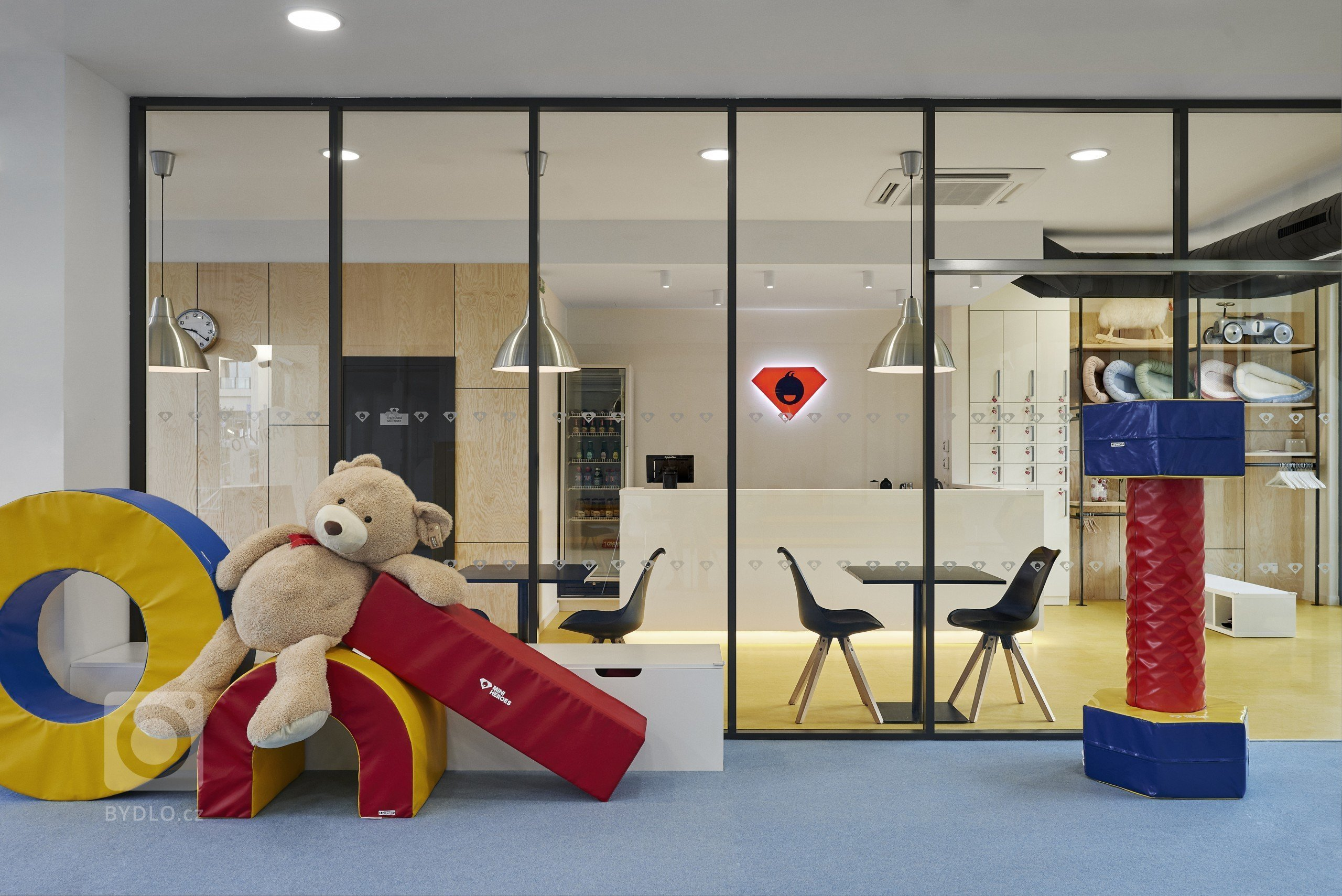 Projekt dětské herny Mini Heroes, nacházející se v objektu River Garden v pražském Karlíně. Prostor byl před kolaudací a naprosto prázdný, postarali jsme se o…