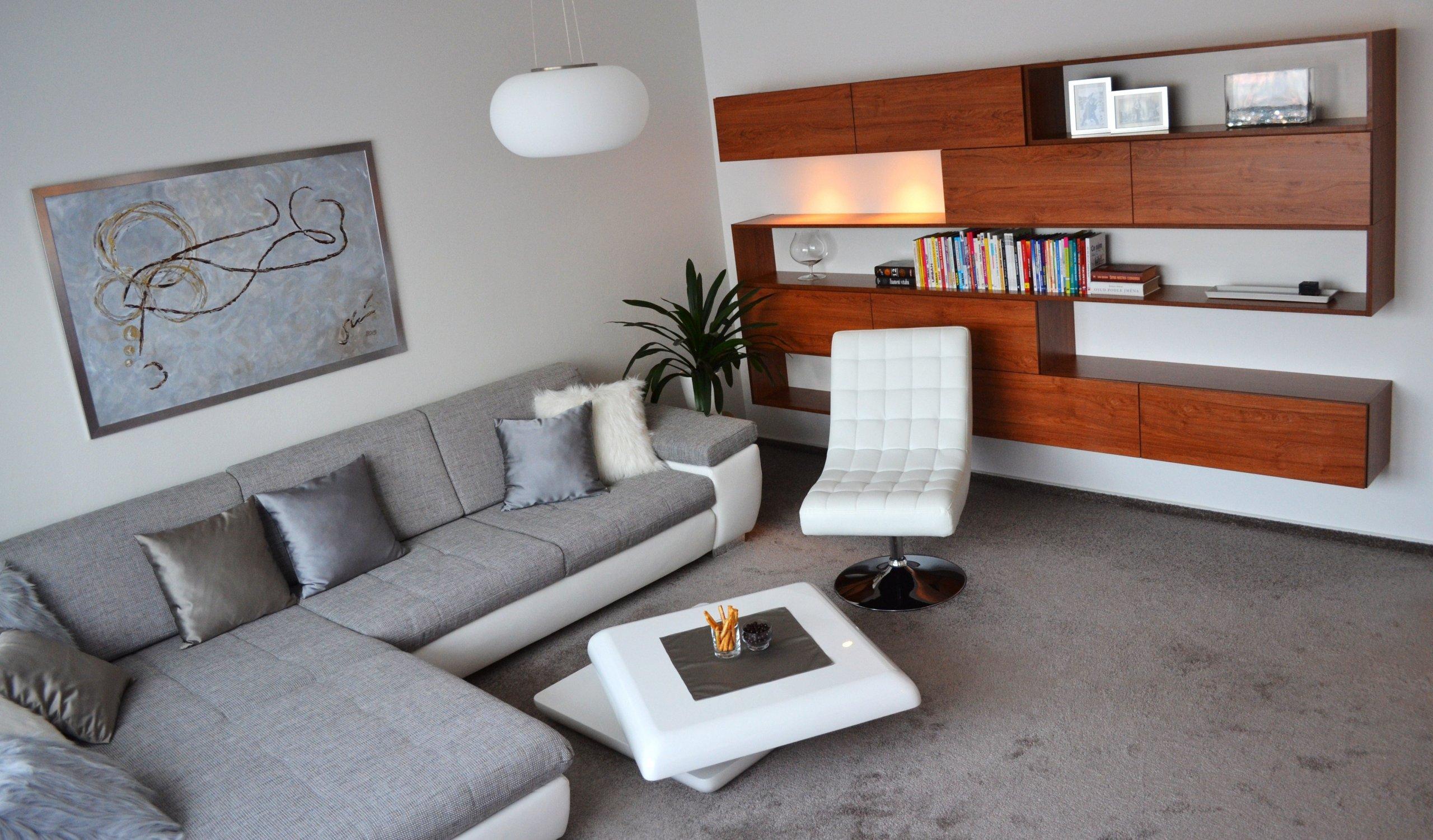 Vzdušná a přesto velká knihovna navazuje na obývací sestavu.
