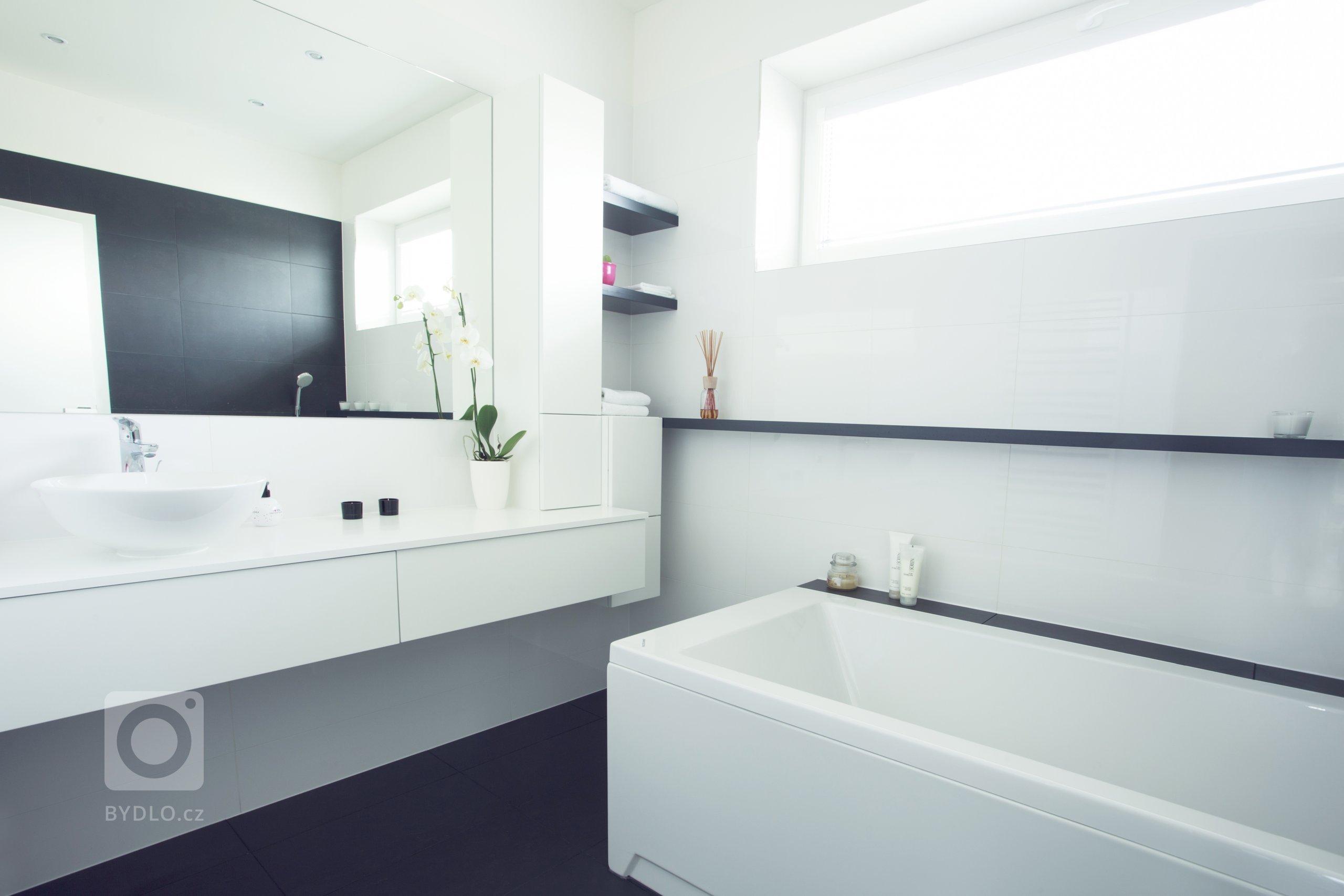 Dobře promyšlená barevná koncepce je základem zdařile pojatého interiéru. Požadavkem klienty bylo využití bílé barvy, která byt opticky zvětšuje a prosvětluje.…
