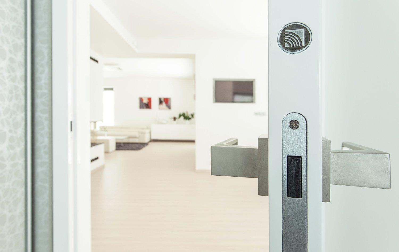 Naše dveře poznáte na první pohled i díky decentnímu puncu originality HANÁK v hraně dveří. Lpíme na detailu, i tuto nepostradatelnost, tedy identifikaci naší značky, jsme vyšperkovali.