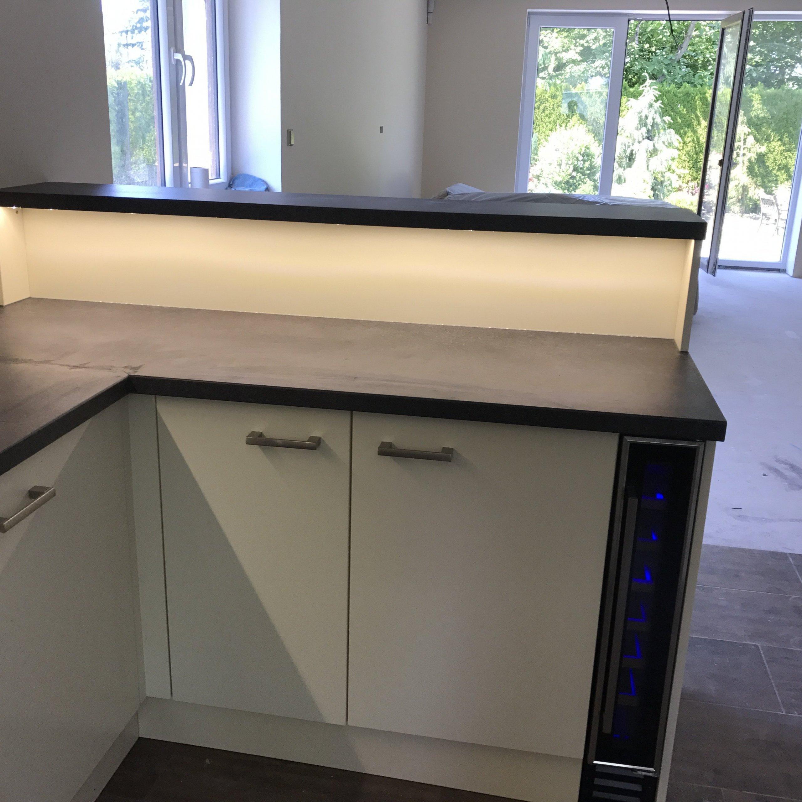Předmětem realizace byl návrh, výroba a montáž kuchyňské linky v rodiném domě. Jedná se o jednoduchou kuchyně z lamina + ABShrany, dvířka folie Hefas s…