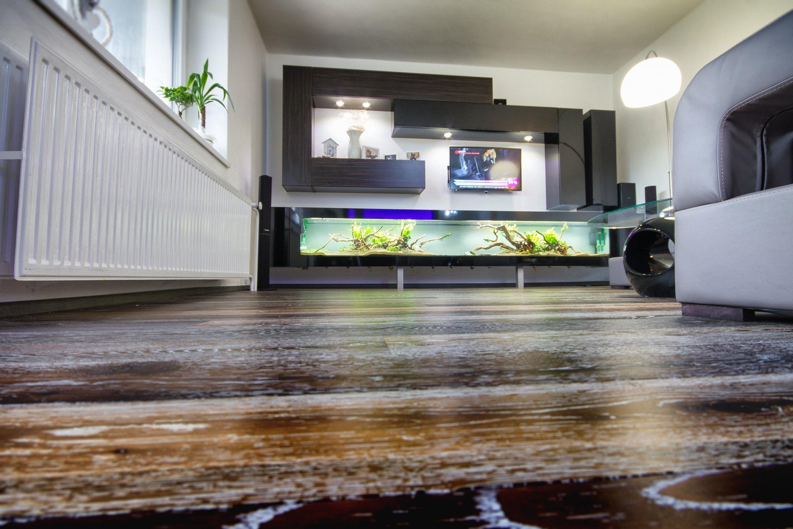 Rekonstrukce rodiného domu přinesla zajímavé řešení bydlení. Dominantou obývacího pokoje je velké akvárium,délka 3,2mlepené na místě u klienta.…