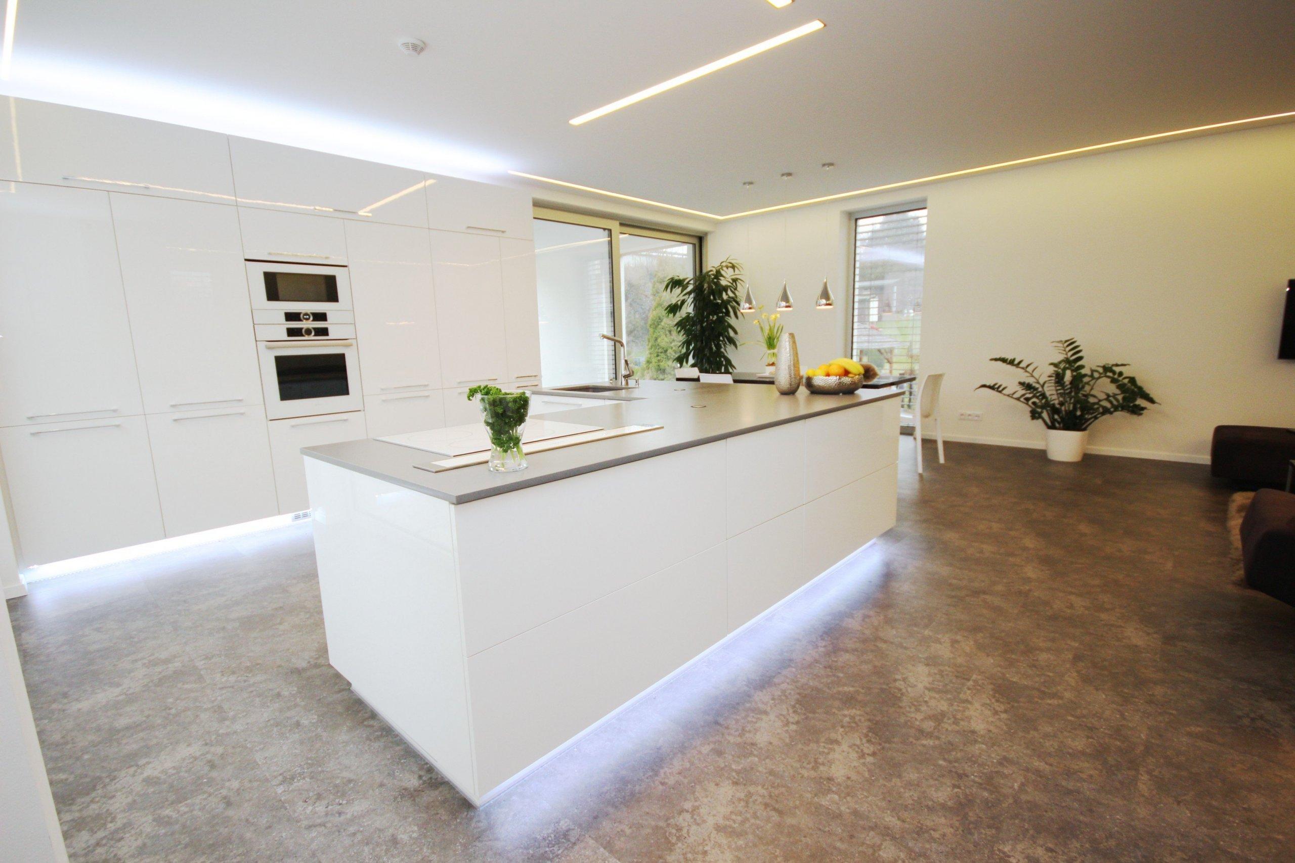 Kompletnní vybavavení rodinného domu. Vinylové podlahy, kuchyně v bílém lak lesku s kamenou deskou Technistone a granitovým dřezem se spodní montáží.…