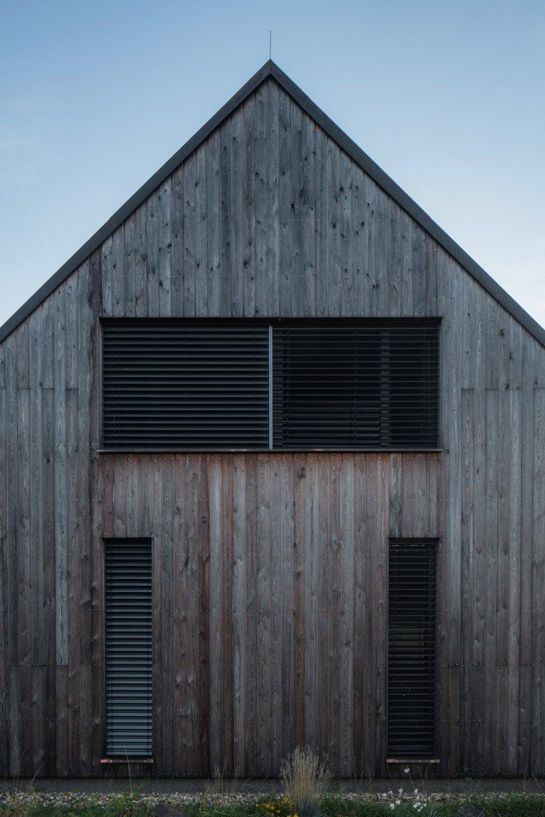 Zdánlivě vyčerpané téma malého rodinného domu sdůrazem na architektonickou kvalitu a potřeby jeho obyvatel. Střízlivá hmota svyváženou kompozicí…