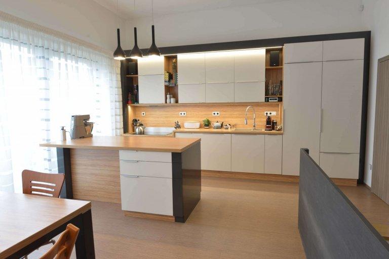 Kuchyně je trochu technická a střízlivá. Celý prostor je v kombinaci, černé lesklé s bílou matnou a dřevodekorem oliva.