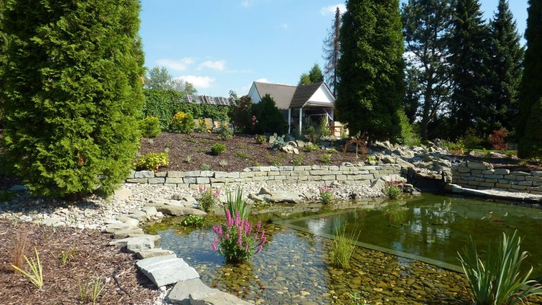 Zahrada s jezírkem a skalkou