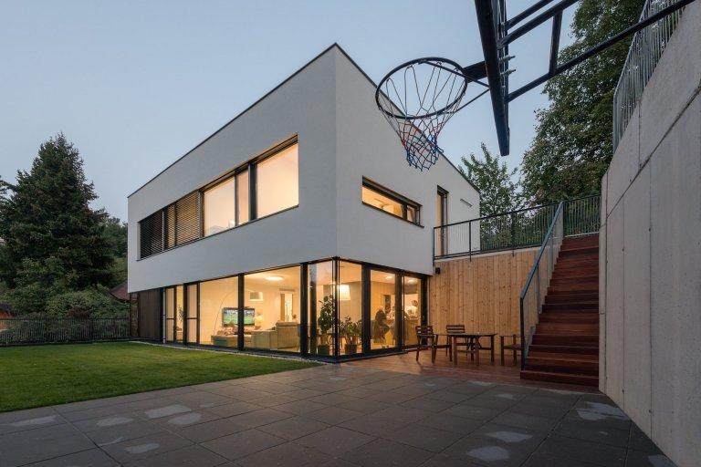 Elegantní dům pod svahem