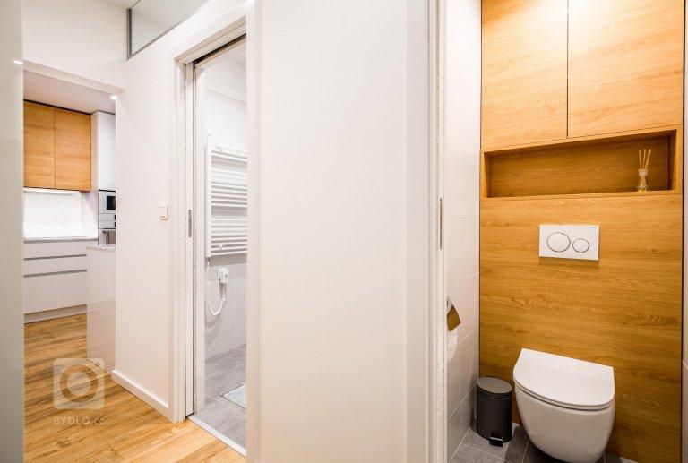 Bratislavská Petržalka je charakteristická panelovými bytovými domy, které jsou typické svou limitující dispozicí. Jinak tomu nebylo ani při tomto bytě, kde největší výzvou bylo upravit původní dispozici bez zásahu do nosných stěn.