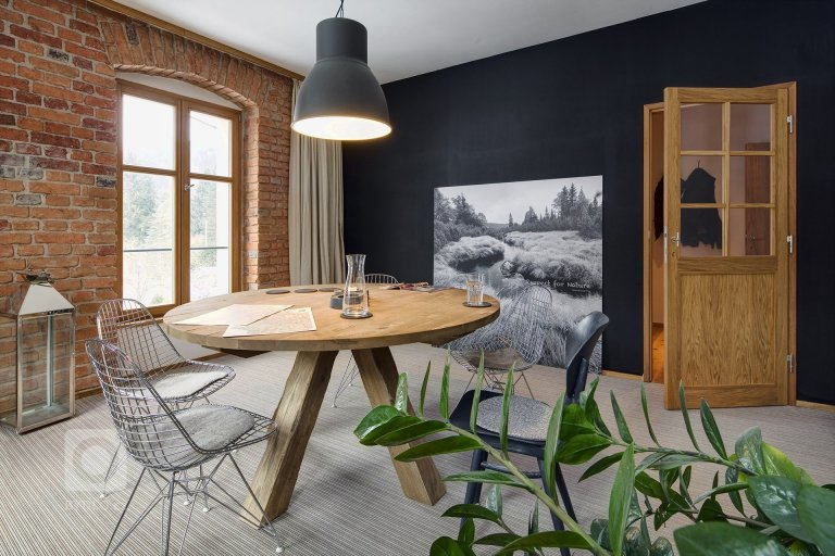 Mnohým může obliba v odhalených cihlách na stěnách či imitace kamene v interiéru připadat chladná a neosobní. Důkazem, že tomu tak nemusí být vždy, je interiér tohoto domu na Šumavě, kde je interiér vyveden v naprosté harmonii s přírodou, kde hraje velkou roli dřevo a drobné detaily.