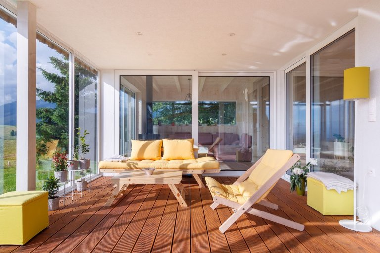 Moderní dřevostavba citlivě začleněna mezi tradiční domy