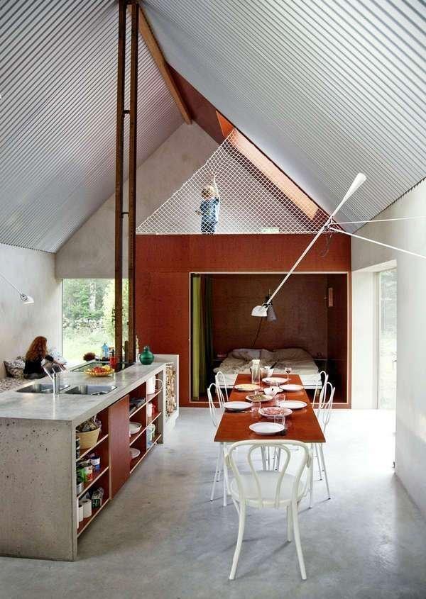 Uprostřed zeleně a vzrostlých stromů najdete jednoduchý domek se sedlovou střechou. Přesto v něm nic nechybí a jde ruku v ruce s místní dobovou architekturou. Jak se podařilo splnit požadavky mladé rodiny s nízkým rozpočtem?