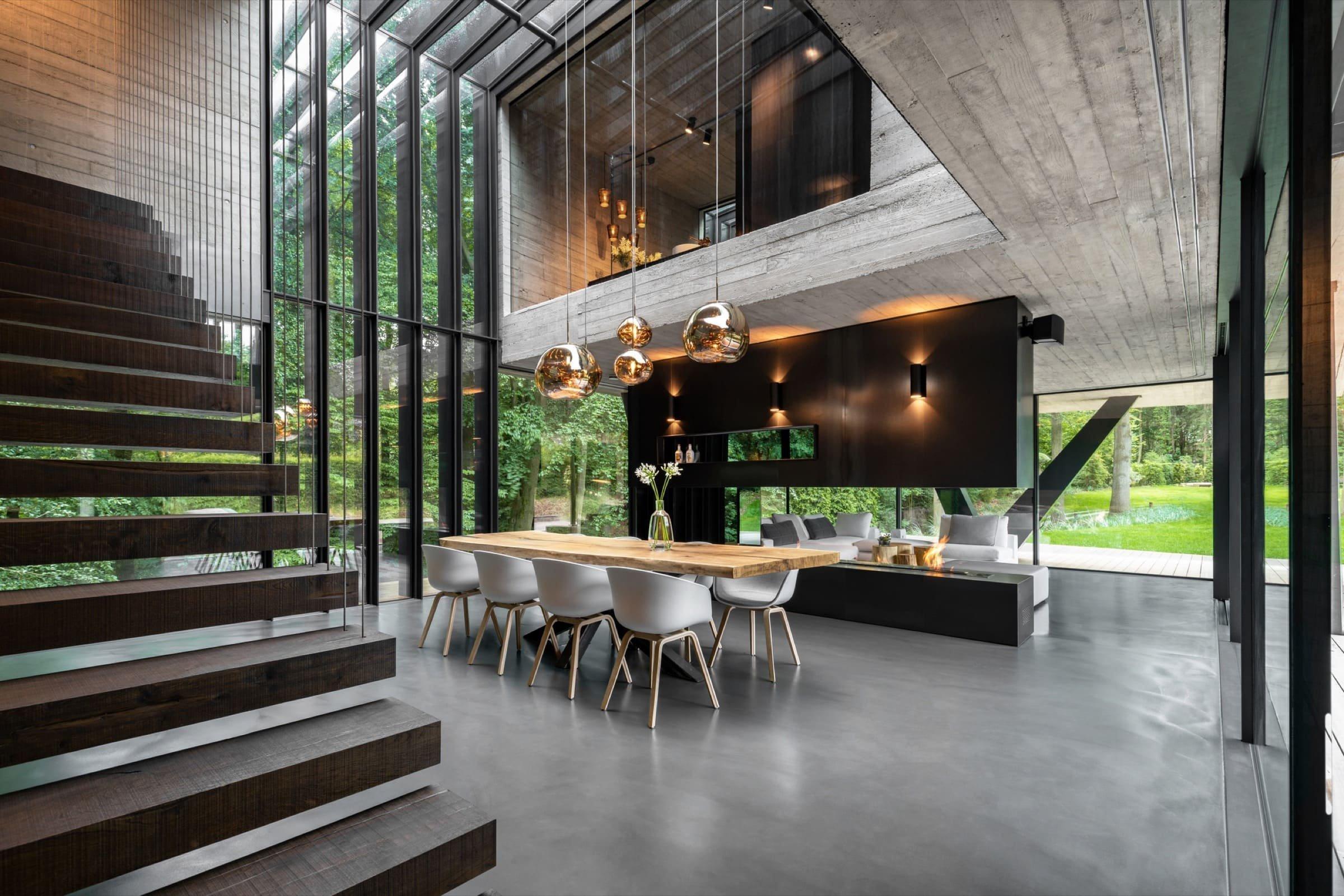 Okna od podlahy až do stropu zaplavují interiér světlem
