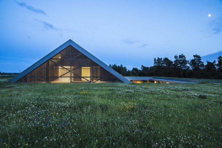 Dům na samotě se skrývá pod zelenou střechou