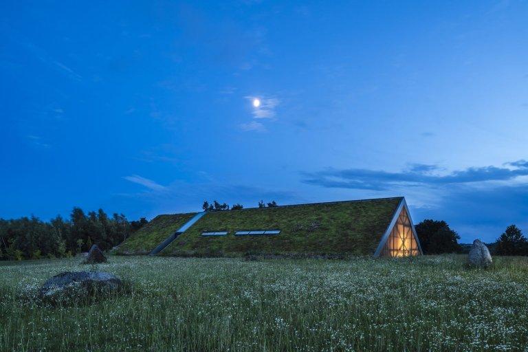 Atriový Green Line House je dokonale začleněný do terénu, nejen díky zelené střeše perfektně splývá s krajinou