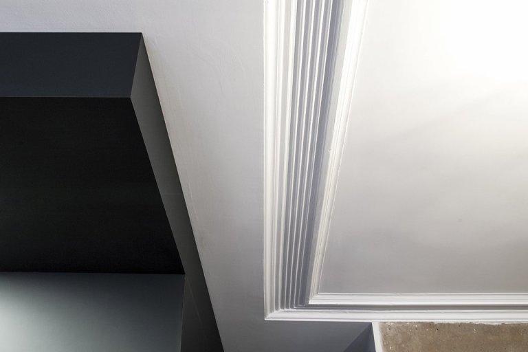 Důkaz, že i na pouhých 32 m2 se dá vytvořit luxusní interiér. Nádherně surová patina na zdech působí jako umělecká díla. Autorem je francouzské Batiik Studio.