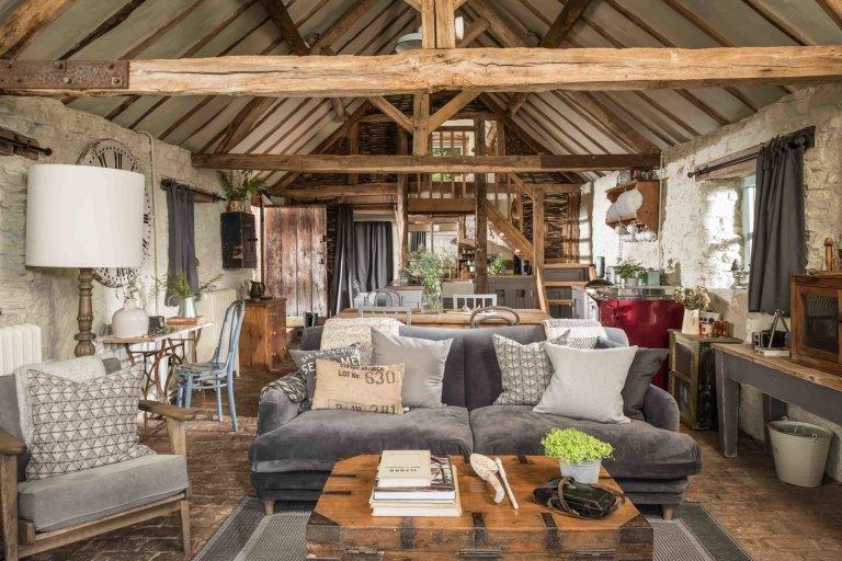 Máte rádi romantiku uprostřed přírody a rustikální styl? Pak se vám bude určitě líbit tato zrekonstruovaná stodola. Přeměna někdejší hospodářské budovy zahalené do šestnácti akrů výjimečné přírodní krásy je skutečně zdařilá.