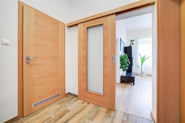 Realizace interiérových dveří v návaznosti na původní interiér domu. Dominantní dřevinou zde byl dub. Aby interiérové dveře nepůsobily fádně, zvolili jsme…