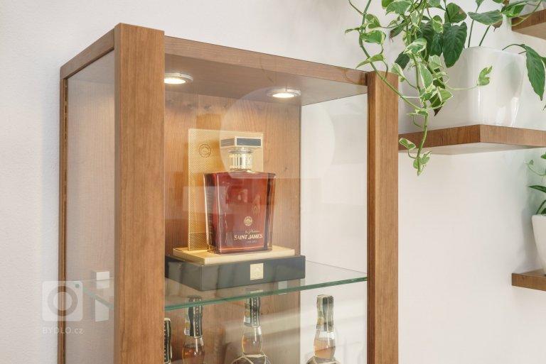Majitelé už delší dobu plánovali, že původní provizorní nábytek, zpředchozího bydlení vymění za funkční a nadčasové designové kousky. Chyběl ale čas,…