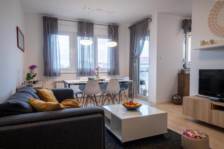 Vminimalistický navrženém obývacím pokoji se krásně vyjímá nejen veliká knihovna ale i spousta umělecký děl pocházejících zdílny majitelky bytu.…