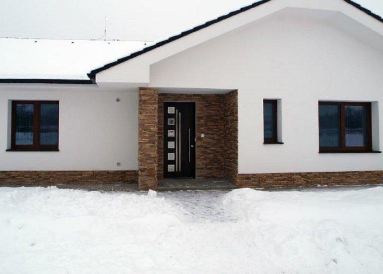 Tmavě hnědé vstupní izolační dveře