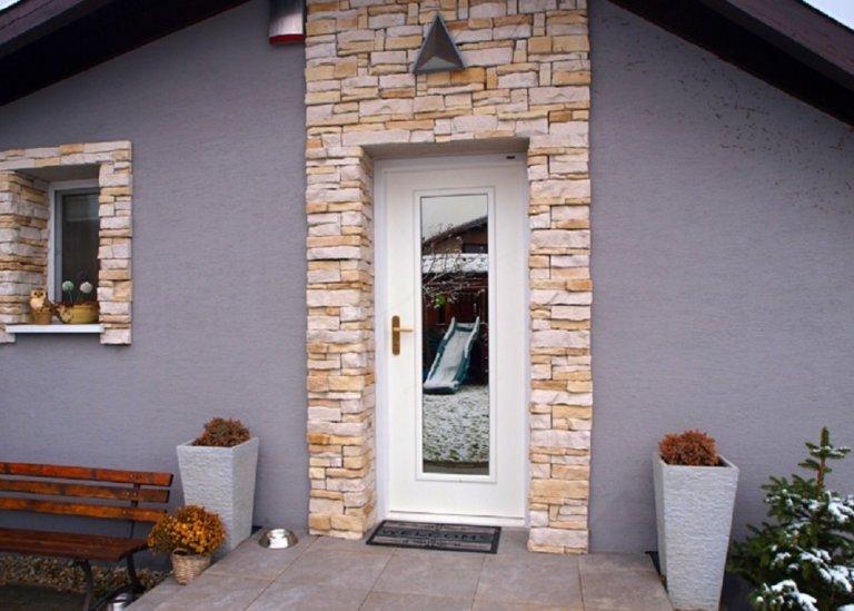 Bílé prosklenné dveře
