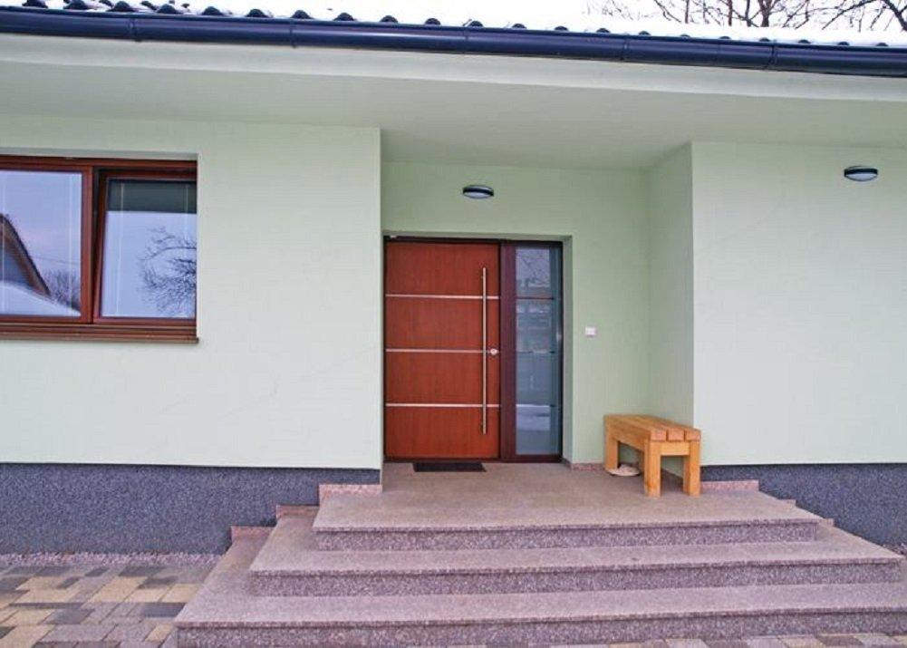 Široké vstupní dveře s izolačními vlastnostmi pro pohodlný vstup do domu.
