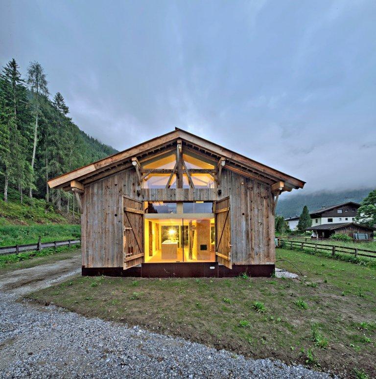 Atraktivní proměna zachránila historickou stodolu v Rakousku, která již byla dlouho nefunkční, nepoužívaná a opuštěná. Odvrátili ji od téměř jistého zániku. Nacházela se v opravdu hrozném stavu a je až z podivem co se z ní za pár měsíců stalo. Výsledek? Dům pro mladou rodinu!