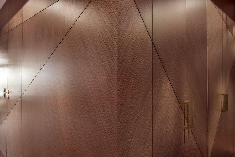 V dnešní době nových technologií, se k výrobě nábytku používají různé náhrady masivního dřeva. Materiály kompozitní, plasty, desky z přírodních vláken, nebo umělý kámen. Klasické dřevo ale nic nenahradí. V bytě, který vám dnes představíme, se jím nešetřilo.