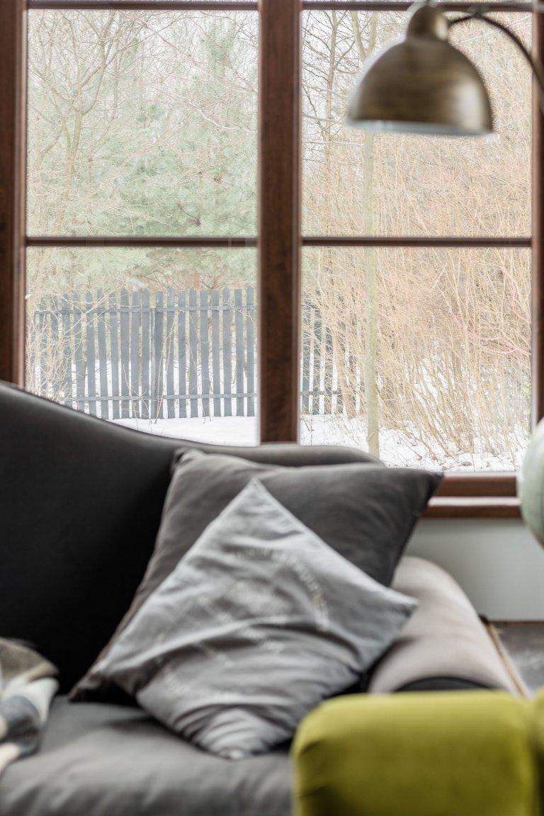 Měli jste někdy sen o krásném víkendovém bydlení kde byste mohli nerušeně odpočívat? Kde byste byli jen vy, příroda a ničím nerušený klid? Místo, které je stvořeno jen pro vaše potěšení a je zařízeno dle vašich představ? Takové místo vám dnes představíme. Více než sto let starý dřevěný dům dostal nový kabát a neuvěřitelně se proměnil. Podívejte se jak celá rekonstrukce dopadla.