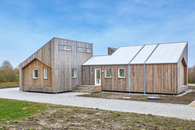 Témata ekologického bydlení a trvale udržitelného rozvoje patří dnes mezi ty nejdůležitější. Výstavba domů s použitím zemědělského odpadu a přírodních obnovitelných zdrojů by mohla být skvělým řešením a cestou do budoucna. Tento pilotní projekt mohl vzniknout i díky podpoře dánského ministerstva pro životní prostředí.